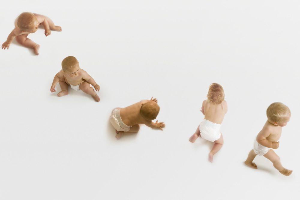 Fysieke Mijlpalen Omrollen Zitten Kruipen En Lopen Samen Zwanger